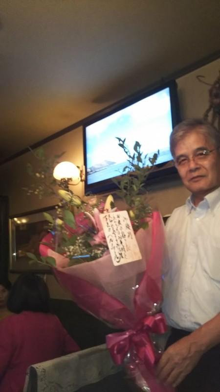 年寄りグループで行ったいつものお店で川崎前会長へお店から花束です。(上村)